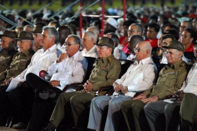 El presidente cubano, Raúl Castro, y varios dirigentes más