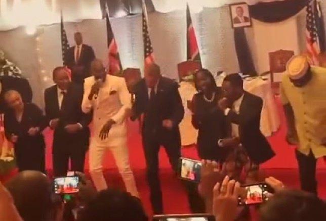 Obama bailando la danza nacional de Kenia