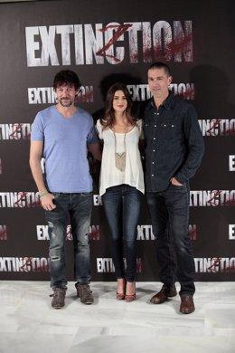 El equipo de 'Extinction', con Clara Lago Matthew Fox y Miguel Ángel Vivas
