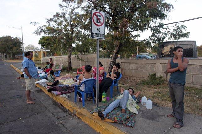 Gente evacuada en Managua en terremoto en abril de 2014