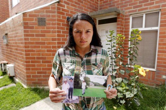 Marcela Granados, 28, sujeta una fotografía de su padre Jose, desaparecido