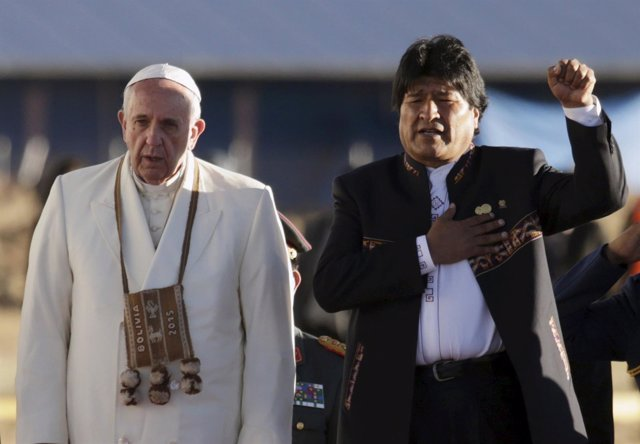 Morales sings the national anthem while standing next to Pope Francis