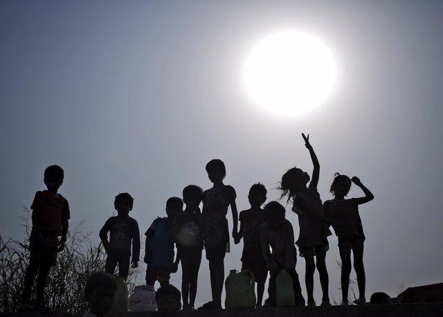 Siluetas de niños en Nueva Delhi (India)