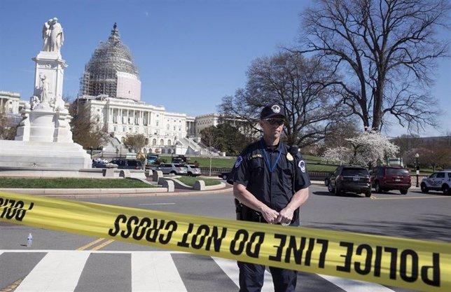 Policía frente al Capitolio de EEUU