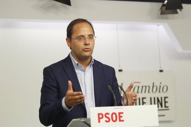 César Luena tras la reunión de la Comisión Permanente del PSOE