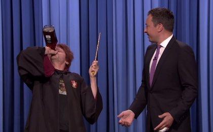 Simon Pegg se convierte en Ron borracho para celebrar el cumpleaños de Harry Potter