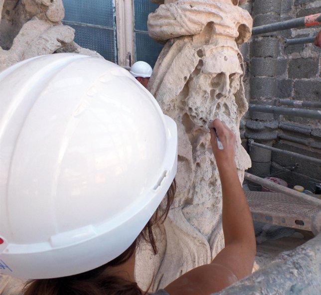 Una trabajadora en plena tarea de restauración.