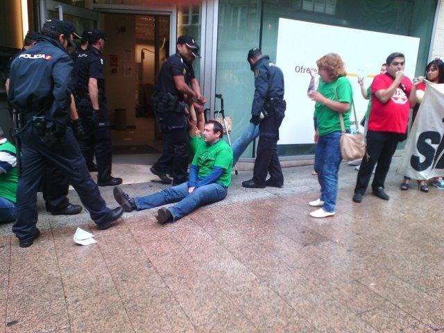 Desalojo de la PAH  de la oficina de Liberbank de la calle Burgos de Santander