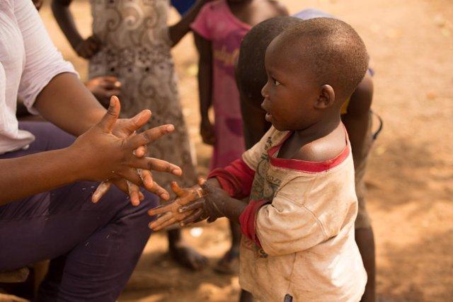 Un niño de Guinea aprende a lavarse las manos correctamente