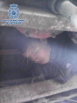 Un menor escondido en los bajos de un camión en el Puerto de Ceuta