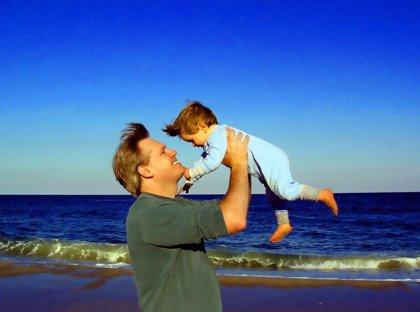 Ser padre antes de los 25 años aumenta el riesgo de muerte prematura