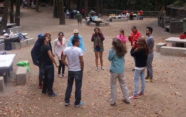 Jóvenes participando en una actividad intercultural