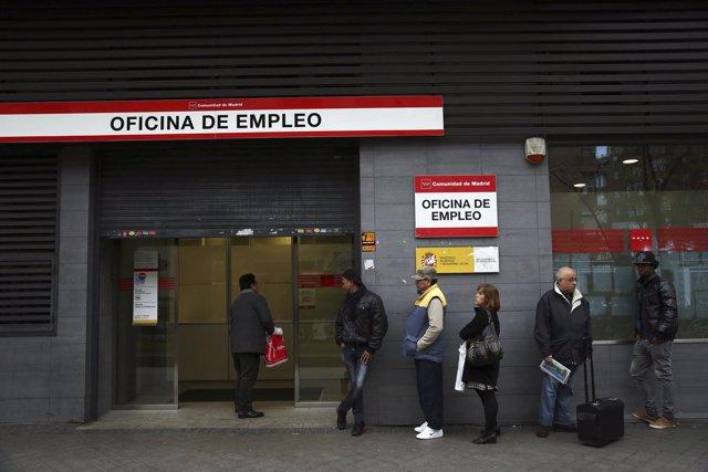 Gente haciendo cola frente a una oficina de empleo paro parados