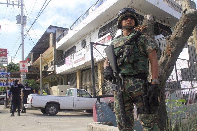 Militar patrullando en la ciudad mexicana de Acapulco