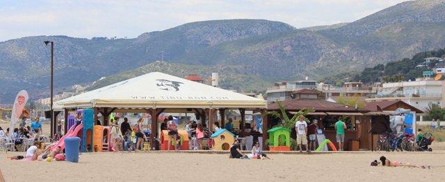 Un chiringuito de Castelldefels ofrece refrescos para limpiar la playa