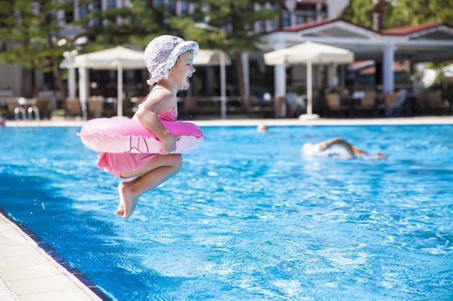 Ni os en la piscina precauciones b sicas for Albercas de plastico para ninos