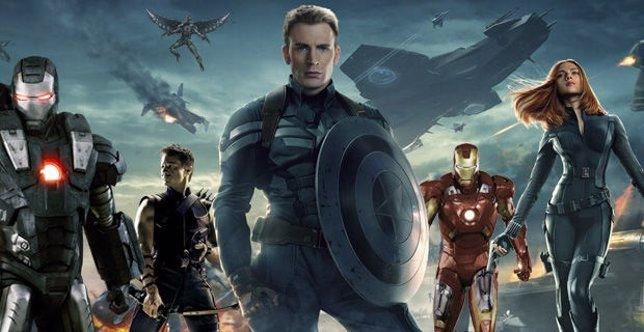 Capitán América rodeado de héroes