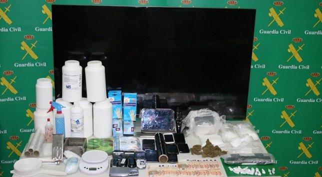 Droga y material intervenido por la Guardia Civil