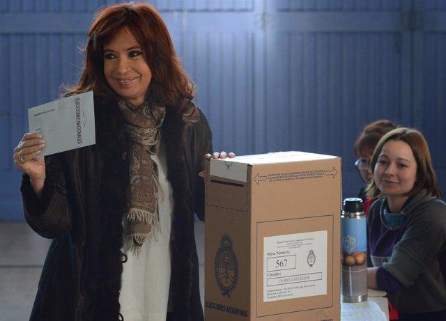 Kirchner entrega su voto en las Paso2015