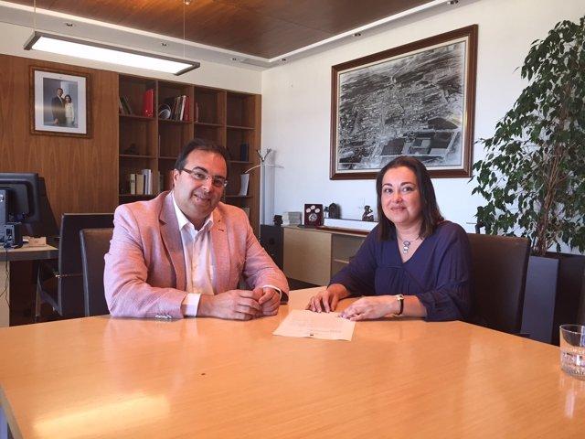 El alcalde de Leganés con la madre del afectado