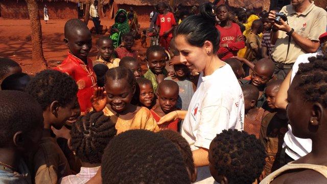 Greisy Massiel Trejo rodeada de niños en el campo de refugiados de Nyarugusu