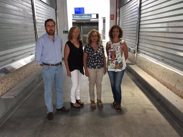 Concejales del PP en el mercado de abastos de Alcalá de Guadaíra