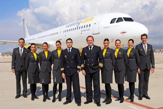 Tripulación de Vueling junto al primer Airbus A321