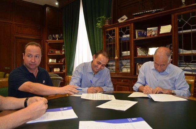Firma del contrato para la construcción de una rotonda