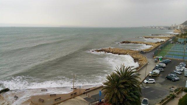 El fuerte oleaje se deja notar al norte de la ciudad de Alicante
