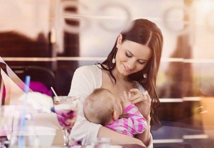 La OMS recomienda bajas maternales de mínimo 4 meses para fomentar la lactancia materna