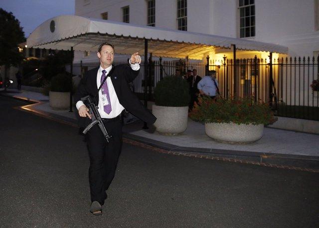 Agente del servicio secreto de Estados Unidos evacúa la Casa Blanca
