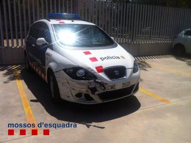 Patrulla dañada en una actuación policial por un robo en Castelldefels