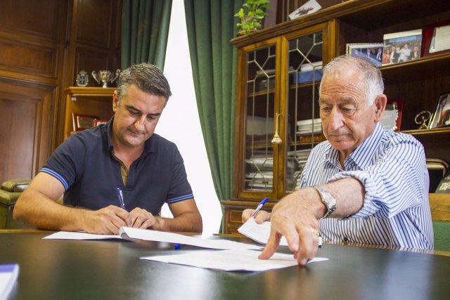 Amat firma un contrato para el arreglo de carreteras provinciales