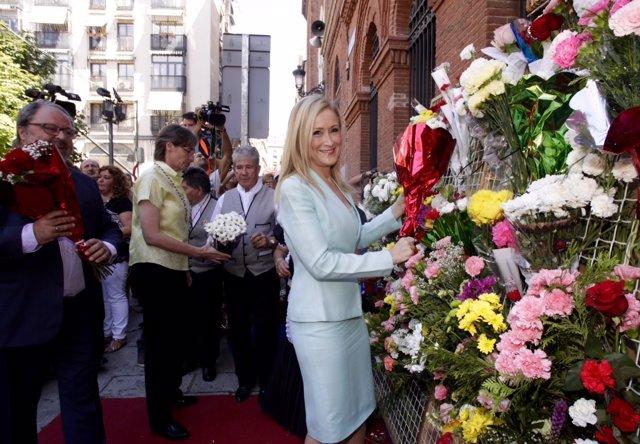 Cifuentes hace su ofrenda floral a la Virgen de la Paloma