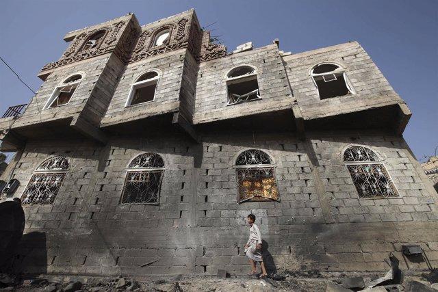 Un niño yemení camina por una calle vacía de Saná