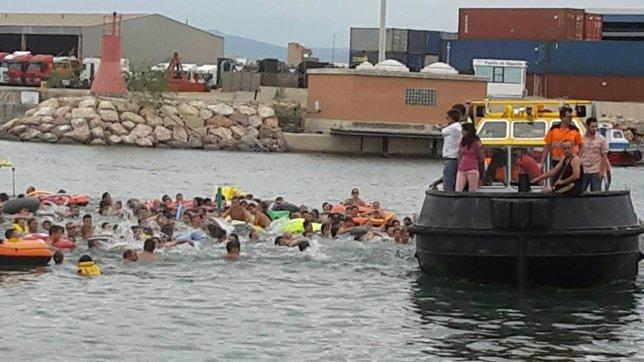 Bañistas en la celebración de las cucañas de Sagunto