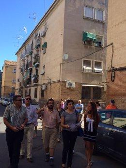 La delegada de Fomento durante su visita a las viviendas de Santa Adela.
