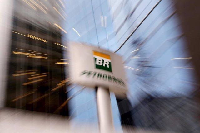 El logo de Petrobras en las oficinas de Sao Paulo Brasil