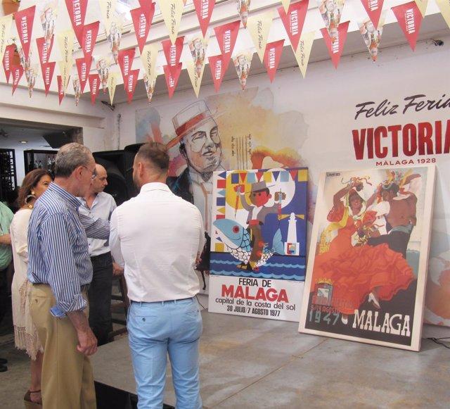 De la Torre en exposición de Cerveza Victoria sobre carteles Feria Málaga