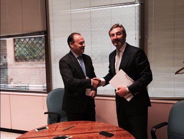 Firma del convenio entre Caja Rural del Sur y Fibes