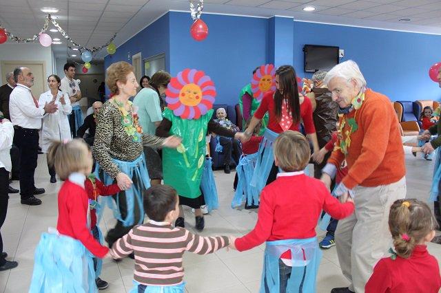 El Centro Donde Ancianos Y Ninos Comparten Experiencias Existe Muy
