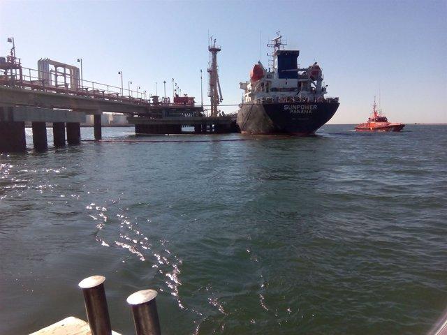 El barco que ha producido una fuga de asfalto en el pantalán Reina Sofía.
