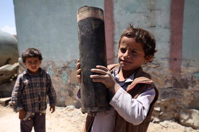 Un niño con el casquillo de un proyectil en Yemen