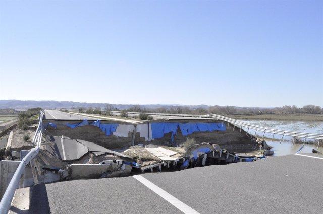 La autopista ARA-A1, dañada por la crecida del Ebro.
