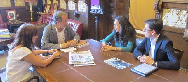 El alcalde en funciones se reúne con los representantes de PSOE, VTLP y SIVA