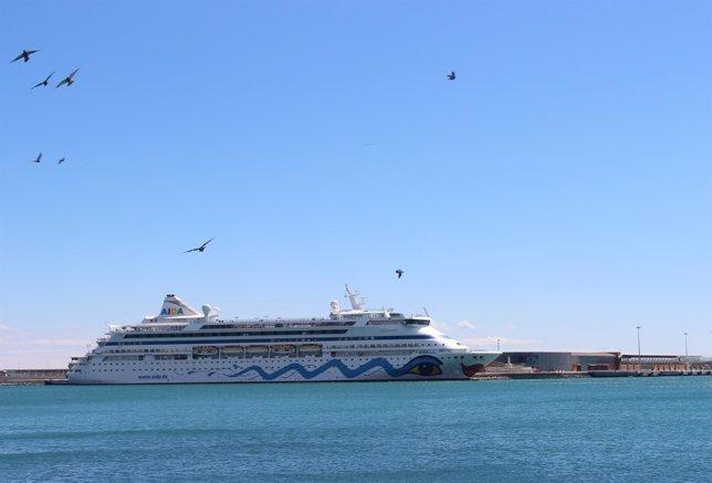 Buque crucero AIDA Aura Málaga turismo barco crucerista mar terminal pasajeros