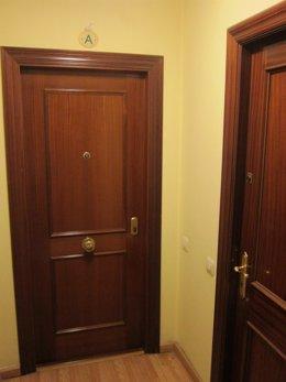 Puerta de domicilio familiar sin medidas de seguridad.