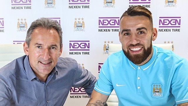 Otamendi firma con el Manchester City