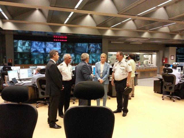 Cristina Cifuentes en su visita al Centro de Control de Seguridad de Metro