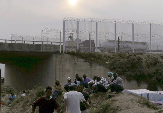 Inmigrantes en Calais, cerca de París, canal de la mancha